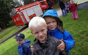 Alex och Noah tyckte det var spännande. Noah kunde berätta att pappa är brandman. Han har besökt brandstation och åkt brandbil. Lyckats samla på sig tre leksaks-brandhjälmar.FOTO BOO ERICSSON