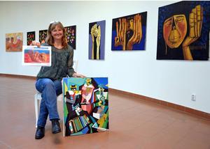 Maria Deldén har just kommit hem från sin andra biståndsresa till Colombia. Med i bagaget har hon konst som nu ställs ut i Ånge bibliotek.