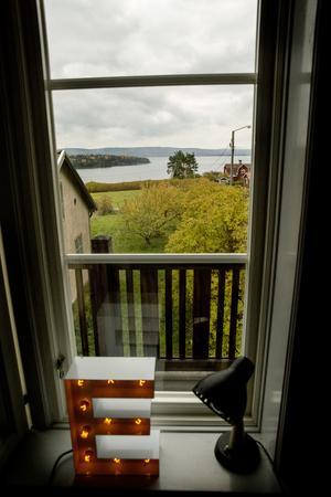 Bland det bästa med huset är utsikten, tycker Mikaela. Bokstavslampan kommer från Cirkuslampan.