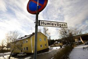 bortrövad. En 31-årig tvåbarnspappa från Ockelbo var ute och gick längs Humlevägen på söndags kvällen. Plötsligt tryckte någon ned en luva över hans huvud och tvingade in honom i en bil. Han blev torterad  i flera timmar, därefter dumpad utan kläder mitt i natten. Bakbunden och med tejp över ögon och mun sökte han förtvivlat hjälp i några hus.Foto: Lars Nyqvist