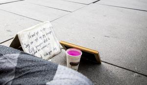 En pappersmugg med mynt är en vanlig syn på gator och torg i dag.