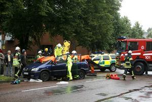 De inblandade bilarna fick kraftiga skador. En person fick föras till sjukhus.