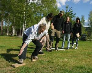 Att bygga broar var en av de övningar och lekar som fanns för att bygga upp lagkänslan hos personalen. Foto: Stefan Persson