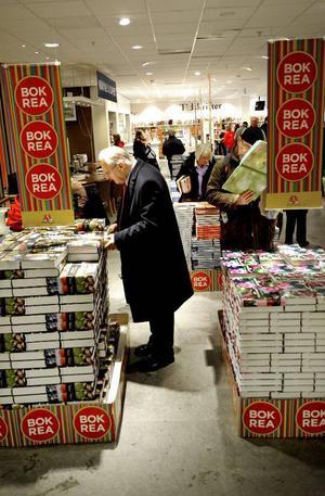 Årets bokrea står för dörren och den är större i den fysiska bokhandeln än i nätbokhandeln.Foto: Ingvar Karmhed / SvD / TT