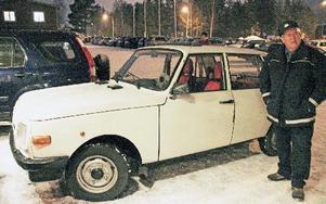 Janne Englund med sin nyinköpta Wartburg, på sin tid en lyxbil. FOTO: EVA HÖGKVIST