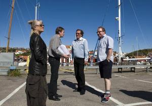 """Ulla Skog, Johan Wahlström, Dag Malmberg och Claes Malmberg tar en paus från inspelningsarbetet av tv-serien """"Saltön""""."""