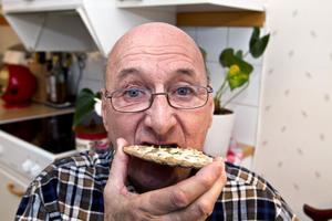 FORSKNINGSOBJEKT. Berndt Nilssons överkäke skulle förstärkas innan det kunde bli tal om att skruva in nya tänder. I samband med det ställde han upp som försöksperson för en ny metod. Nu rekommenderar han andra patienter att ställa upp för forskning.