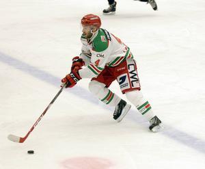 Tomas Larsson har inte kunnat göra sig själv rättvisa så här i inledningen av Hockeyallsvenskan. Moraforwarden har problem med benet han bröt för ganska precis ett år sedan. Han missade Timråmatchen och det är svårt att säga när 26-åringen är tillbaka på isen.