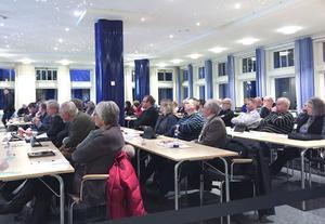 43 ledamöter var med och röstade om köpet av Vattenfalls andel av VB Kraft. 30 röstade ja, 12 nej och en ledamot avstod från att rösta på endera alternativet.