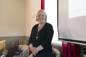 Anneli Palmsköld är etnolog och lektor i slöjd och textilarbeten vid Göteborgs universitet. Hon har bland annat doktorerat i Nordiska museets textilsamlingar.