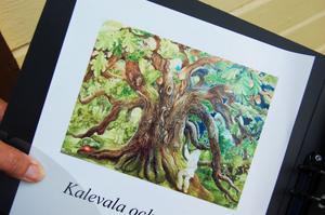 Marianne Ling visar en av sina målningar, gjord utifrån nationaleposet Kalevala.