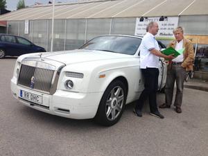 Träffen fick finbesök av en Rolls-Royce Phantom Drop Head Coupé av årsmodell 2010, specialtillverkad och den enda i sitt slag i Skandinavien. Rariteten ägs av Anders Läck från Saltsjö-Boo (till höger i bild), som är vice ordförande i Automobilhistoriska klubben.