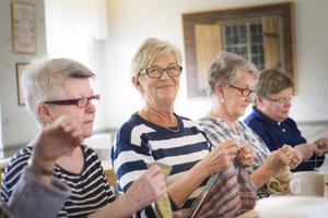 Eva Forsberg är en av de tiotal kvinnorna som ägnar sin tid till att sticka för välgörenhet.