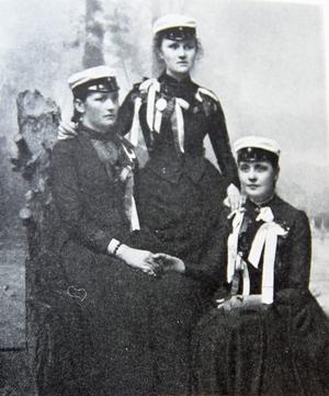 Gefle flickskolas första egna studenter våren 1889. Från vänster: Sigrid Paues, Alma Lindahl och Tekla Swedlund.