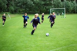 MOT MÅL. En forward i Östervåla/Hinden springer med bollen mot mål, jagad av motspelarna Österlövsta.