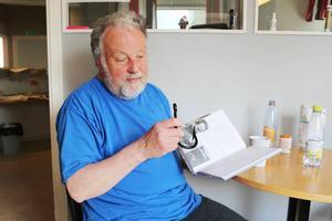 Bo Lundmark berättar en skröna? från sin självbiografi inne på redaktionen i Sveg.