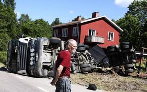 Avåkning i Axmarbruk. En fullastad timmerbil brakade rakt in i en villaträdgård innan den välte. Claes-Göran Blomqvist inser att de hade turen på sin sida och att ingen blev skadad.