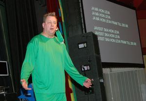 Feststaben med Asbjörn österberg i spetsen hade specialskrivet en ny sång till jubilerade Mora lasarett. Asbjörn ledde allsången som den en driven Måns Zelmerlöv med texten bakom ryggen.