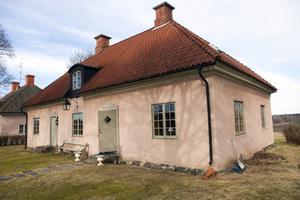 """1760-tals huset. Jan flyttade in julen 1990 och började genast med renoveringen. """"Det mesta gjorde jag under de första sex åren"""", säger han."""