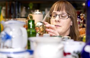 Inredning före kläder. När hon besöker en loppis dras hon direkt till hyllorna med keramik och glas.