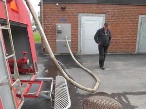 Här fyller Bo Zakrisson sin vattentankbil på fem kubikmeter i kommunens första vattenkiosk.   Kostnaden för fem kubikmeter vatten ligger på strax under 100 kronor.