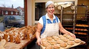 Kvart i fem varje morgon finns Marianne Berglund på plats i bageriet för att se till att hyllorna är välfyllda när kunderna börjar komma.