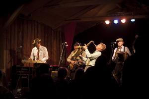 Chris´n Po-Boys spelade rockabillymusik med bland annat kontrabas och saxofon.