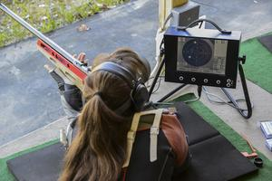 Unungeskytten Linda Bergman skjuter provskott.