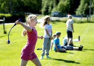 Linnea Nordin använder bollslungan och skickar iväg bollen långt över planen.
