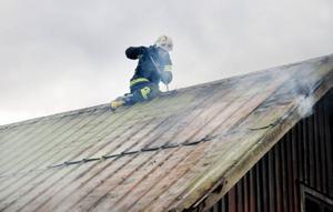 Taket fick slås sönder för att kunna komma åt att släcka elden.
