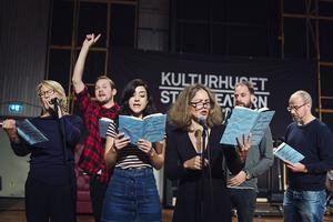 Skådespelare framför ett stycke ur den kommande uppsättningen av Ebba Witt-Brattströms
