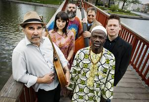 De bygger broar mellan olika sorters genuin folkmusik. Ale Möller och hans band hör till de absolut bästa i sin genre.