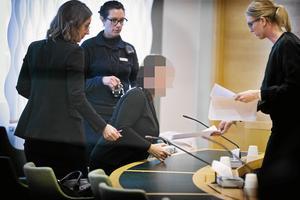 Den 42-åriga kvinnan misstänks för att ha mördat sin före detta. Bilden är från häktningsförhandlingen. Från vänster: Advokat Amanda Hikes, häktesvakt, 42-åringen och kammaråklagare Jessica Wenna.