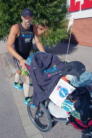 Matpausen i Mora blev kortvarig. Fredrik ska springa 630 mil på 100 dagar och har hittills avverkat 400 mil.