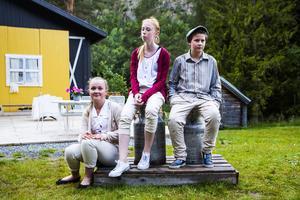 Ungdomarna drömmer om en framtid utanför byns gränser.