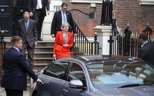 Storbritanniens premiärminister Theresa May lämnar konservativa partiets högkvarter i London på fredagsmorgonen.