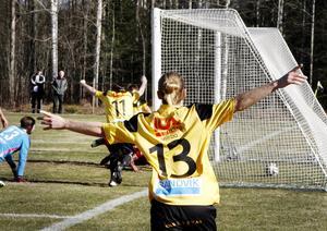Nykomlingen Järbo chockade favorittippade Sala på hemmaplan med 2–1. Här jublar Karl Norman och Andreas Nehvonen efter att Johan Lindkvist petat in 1–0-målet i den 65:e minuten.
