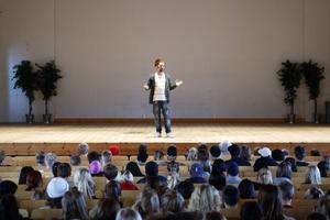Bob Hansson är en estradartist i publikens smak. På torsdagen fanns publiken i Hagagymnasiets aula.