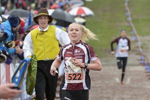 Maja Alm, OK Pan Århus 1, går i mål som segrare i damkaveln vid orienteringstävlingen tiomila i Falun på lördagen.
