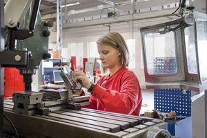 Moa Öberg läser andra året på Göranssonska skolans industritekniska program. Precis som alla andra elever har hon egna arbetskläder som måste bäras när man jobbar med maskinerna. Precis som ute i yrkeslivet.