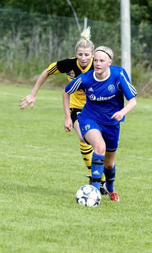 Heffners mittfältare Johanna Broman hade koll på bollen och omgivningen.