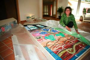 """Sent i går kunde Monika Nilsson börja packa upp sitt textila verk """"Nästan som hemma, sa PB"""", den största konstnärliga installationen i det nya gruppboendet på Fältvägen 1 i Torvalla."""