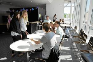 Planerade. Det har varit mycket logistik inför skolvalet på Lindeskolan. – Som tur var har vi många drivna elever som hjälpts åt. Det är tanken med skolvalet, att eleverna arrangerar det, säger Anna Råstock, lärare som är med i valgruppen.