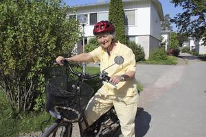 säker cykling. Siv Sonmark på Vetterslund cyklar årligen många mil och gillar sitt fortskaffningsmedel. Foto: Birgitta Cavallini