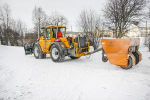 En av Östersunds kommuns traktorer grusar och sandar för glatta livet på gång- och cykelvägar.