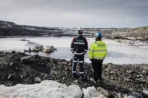 Kiruna. Anställda vid gruvbolaget LKAB ser ut över dagbrottet Leveäniemi som stängdes 1983.