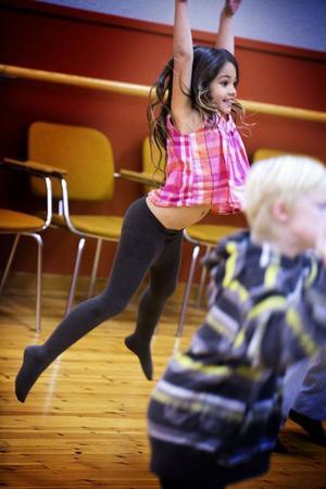 Hopp! Linnéa Tjärnberg, 7 år, håller inte igen på hoppen.
