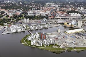 Staden vid Mälaren. Västerås växer så det knakar. Under de senaste åren har staden sträckt sig ner mot vattnet, här Lillåudden under uppbyggnad 2009.