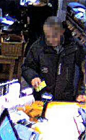 I en butik i Åre försökte en av killarna köpa bland annat en jacka för 12000 kronor med ett kort som väckte misstankar. Det ledde till att köpet avbröts och bevakningsbilden utgör bevis i rättegången.