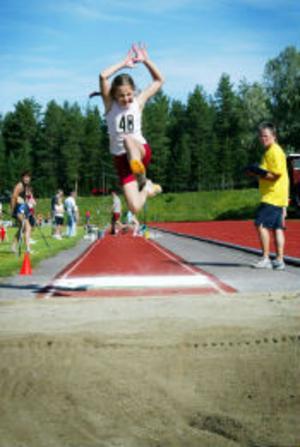 Daniéla Lindström från Timrå hoppade längdhopp i flickor 11 år.